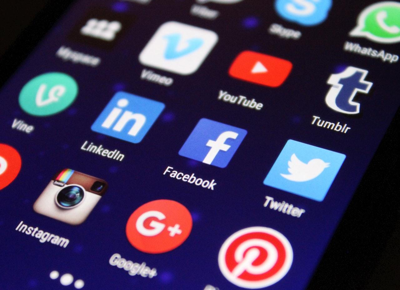 På sociala medier syns du!